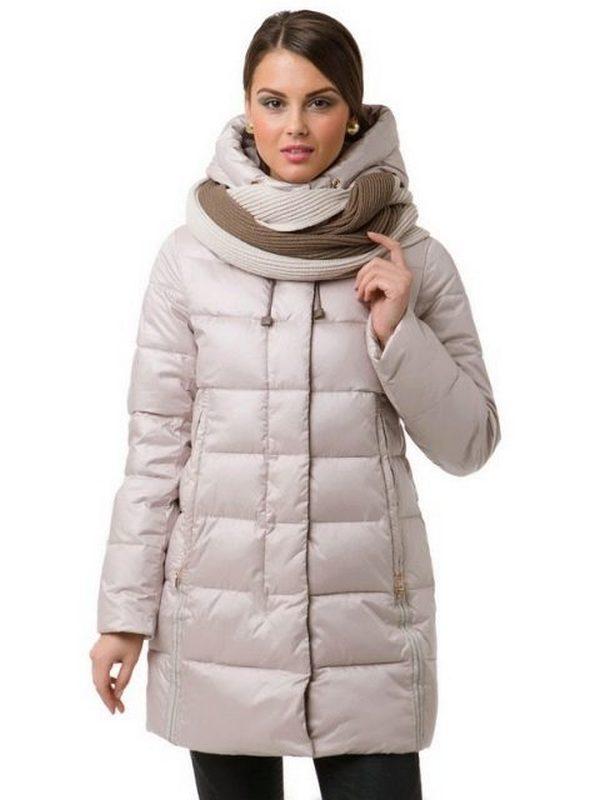 Шарф, завязанный жгутом - отличное дополнение к капсуле с пальто с капюшоном