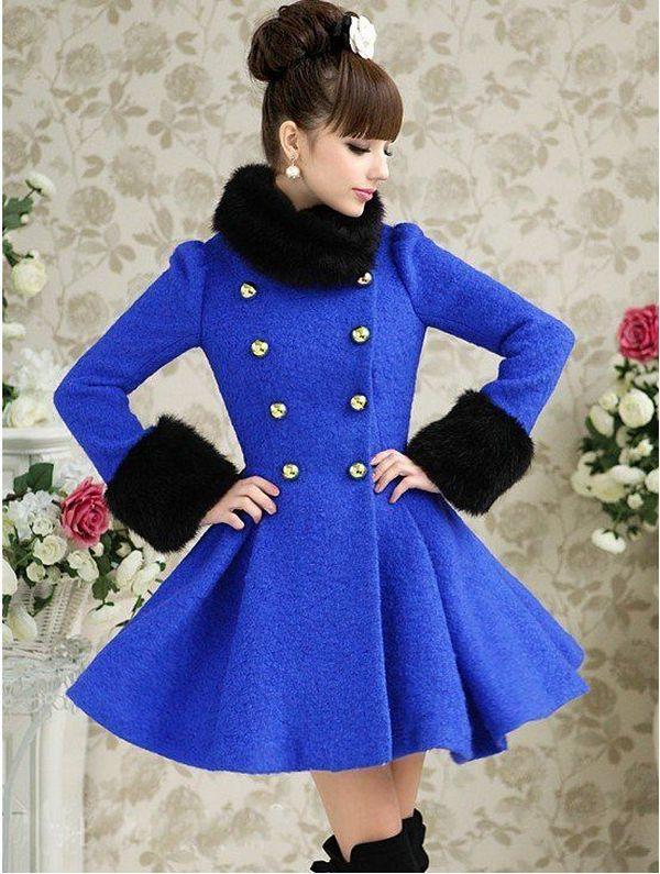 Двубортное пальто без воротника отлично дополнит меховая горжетка в одном цвете с меховой оторочкой манжетов