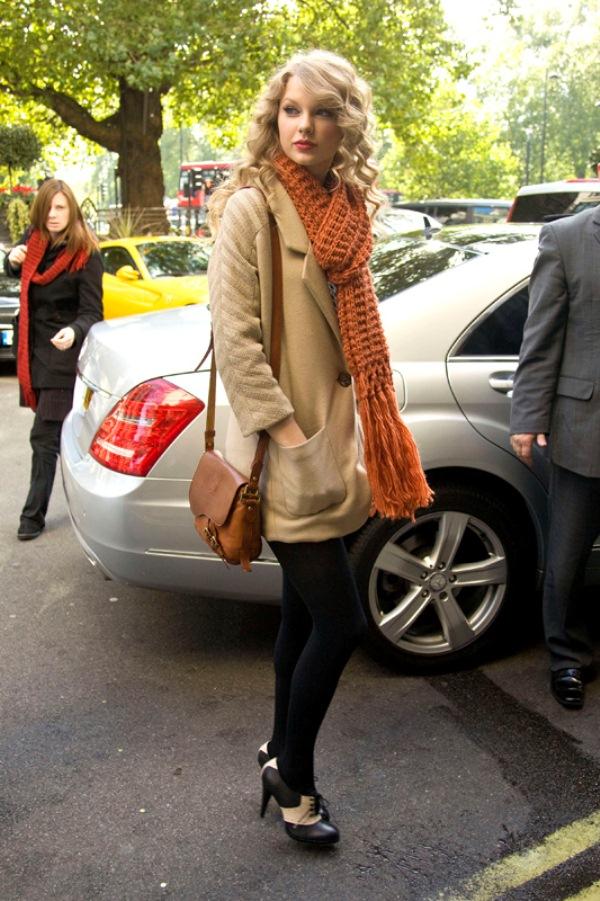 К укороченным пальто нужно выбирать не слишком объемные и толстые шарфы