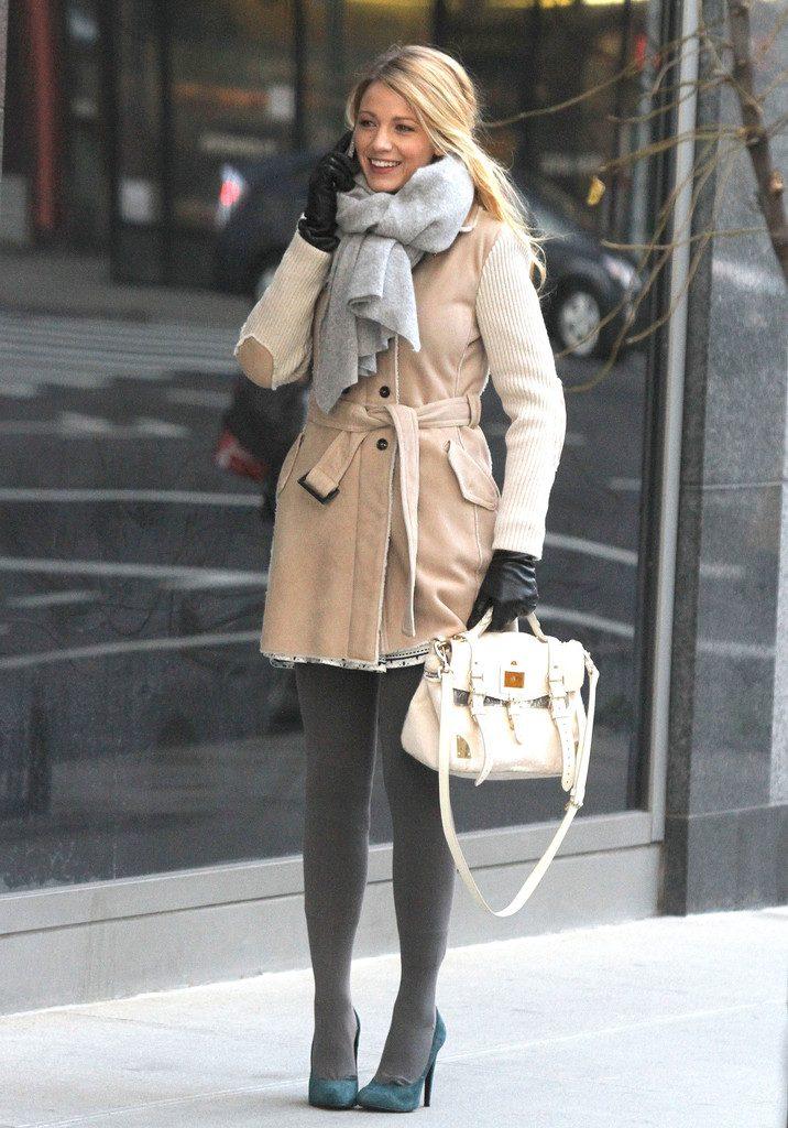 Завязать шарф на пальто можно разными способами, в том числе простым узлом