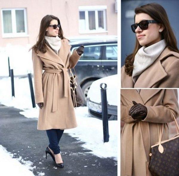 С классическим приталенным пальто под пояс гармонично сочетаются аккуратные шарфики, красиво уложенные на шее