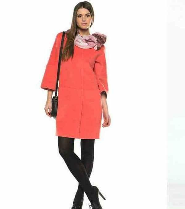 Яркие пальто в стиле классика прекрасно комбинируются с шифоновыми шарфиками, завязанными сложным узлом
