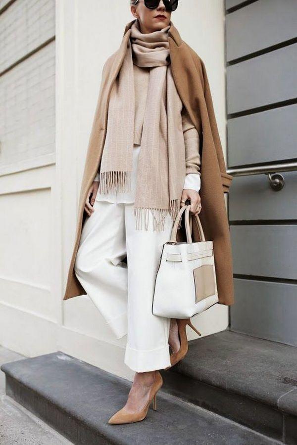 Один из принципов комбинирования пальто и шарфа в монохромной капсуле - аксессуар или одежда должны отличаться на несколько тонов