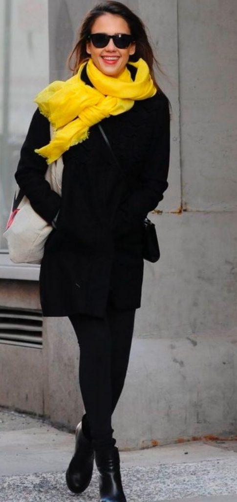 Контрастные оттенки шарфа и пальто - способ создать броскую и яркую капсулу