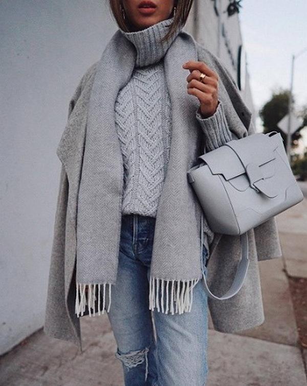 Монотонный аутфит с серым пальто и шарфом выглядит элегантно и стильно