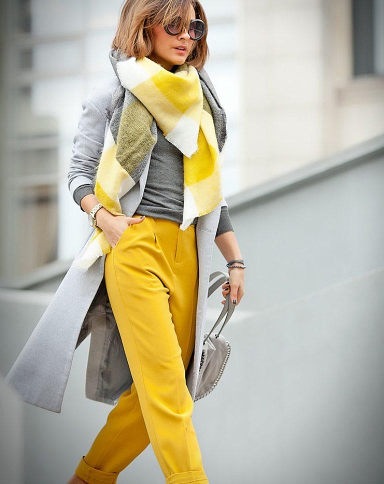 Эффектно смотрятся тандемы серого пальто с шарфом ярко-желтую и белую клетку