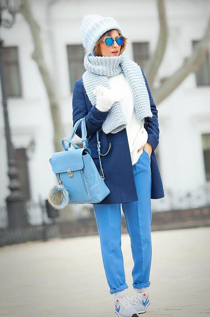Лазурно-голубая гамма шарфа - отличное дополнение к насыщенно-синему цвету верхней одежды