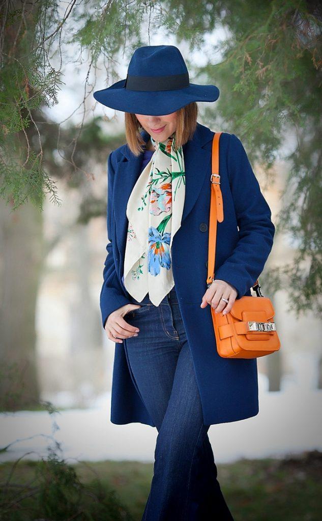 Шарф с флористическими мотивами придаст капсуле с синим пальто легкости и непринужденности