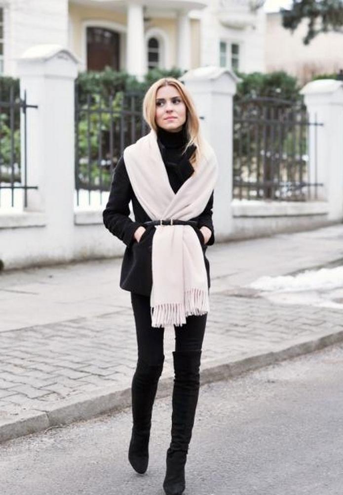 Черное пальто и белый шарф - строго-элегантная классика стиля