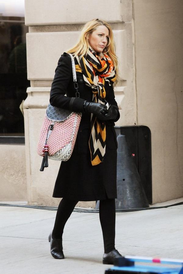 Шарф с этническими узорами облегчит образ с лаконичным черным пальто