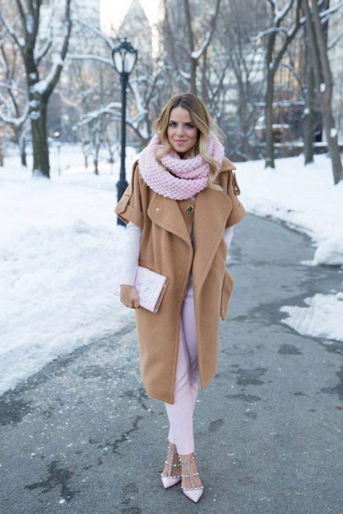 Утонченно-женственно выглядит тандем светло-коричневого пальто и нежно-розового шарфа