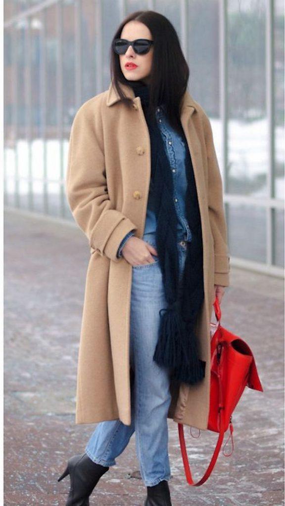 Элегантное пальто бежевого цвета хорошо комбинируется с шарфом темно-синего оттенка