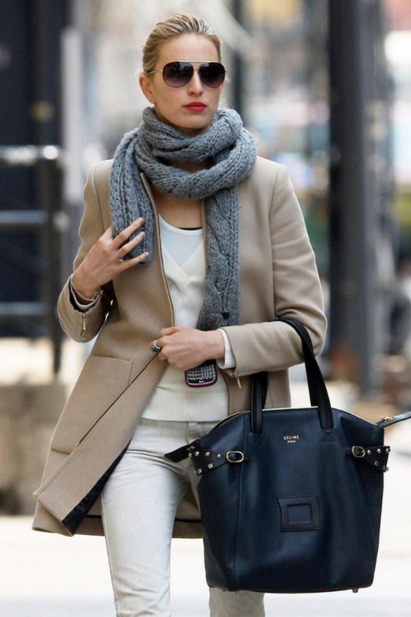 Темно-серый шарф и бежевое пальто - гармоничный и стильный дуэт на каждый день