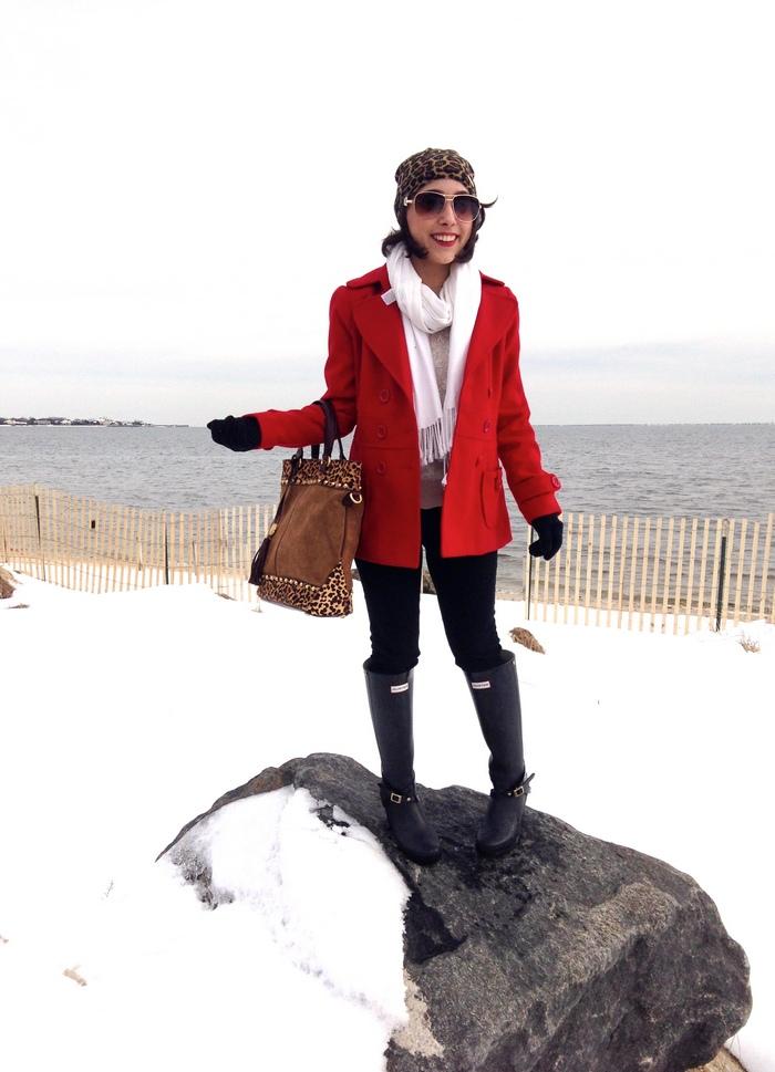 Красное пальто и белый шарф - пример нарядного и броского ансамбля