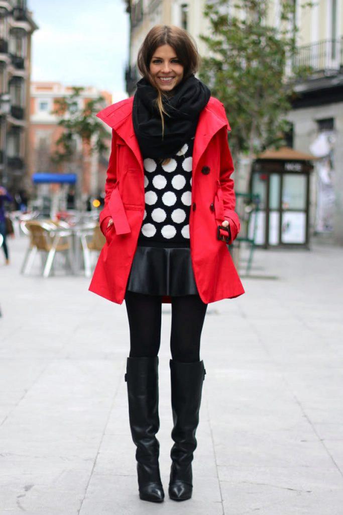 Черный шарф - контрастная деталь в луке с ярко-красным пальто