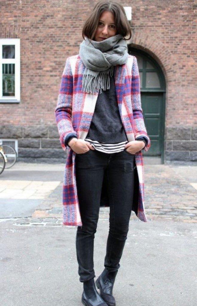 Однотонность - основное требование к шарфу, подбираемому под пальто в клетку