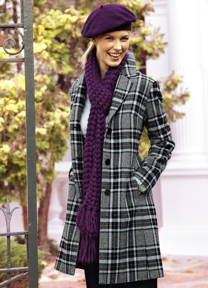 Яркий шарф к пальто в клетку стоит выбирать, если в капсулу включен аксессуар аналогичной расцветки