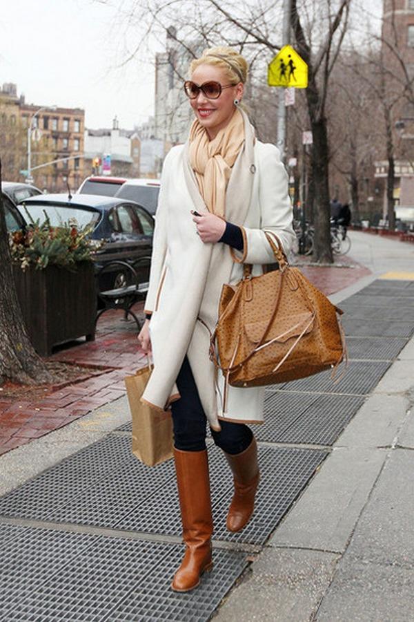 Элегантный образ - белое пальто и нежно-персиковый тонкий шарф