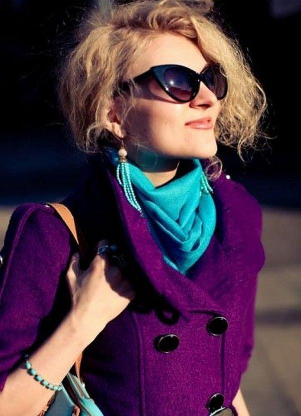Бирюзовый шарф сделает капсулу с фиолетовым пальто более экстравагантной и стильной