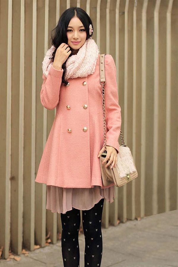 Нежно-розовое пальто и персиково-розовый шарф - лучший выбор для создания женственного и романтичного аутфита
