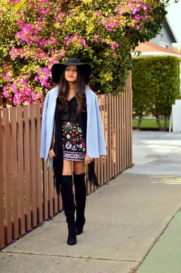 Лаконичности и строгости в тандем с голубым пальто добавит шарф черного цвета