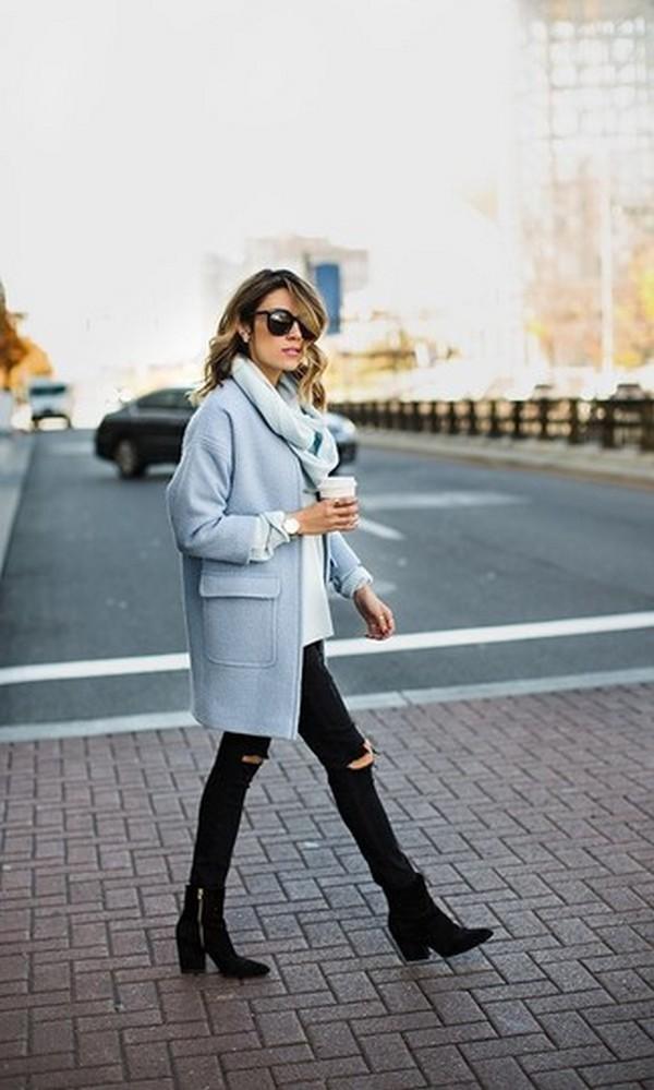 Нежно и элегантно выглядят монолуки, включающие пальто и шарф голубого цвета