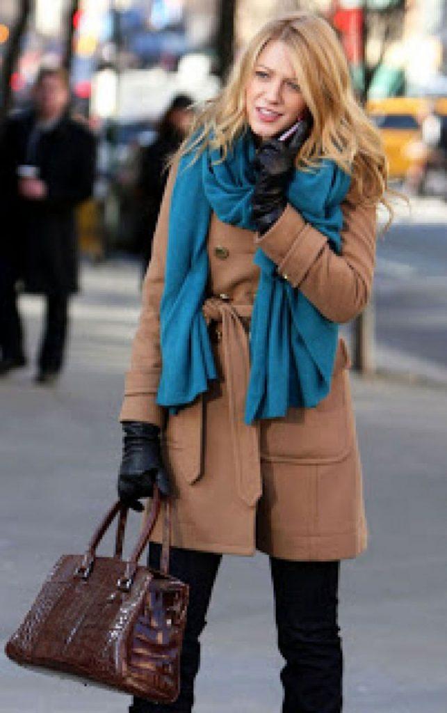 Капсулу в деловом стиле можно собрать, используя темно-бежевое укороченное пальто и объемный насыщенно-синий палантин