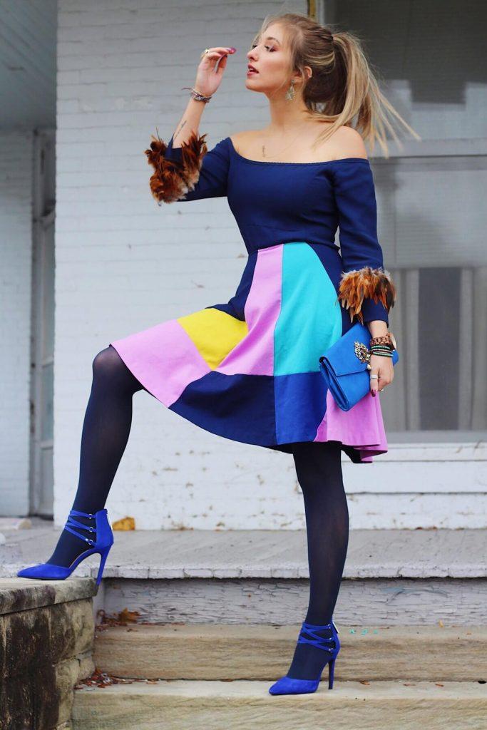 Синие колготки прекрасно миксуются с нарядами, имеющими в расцветке яркие трендовые цвета