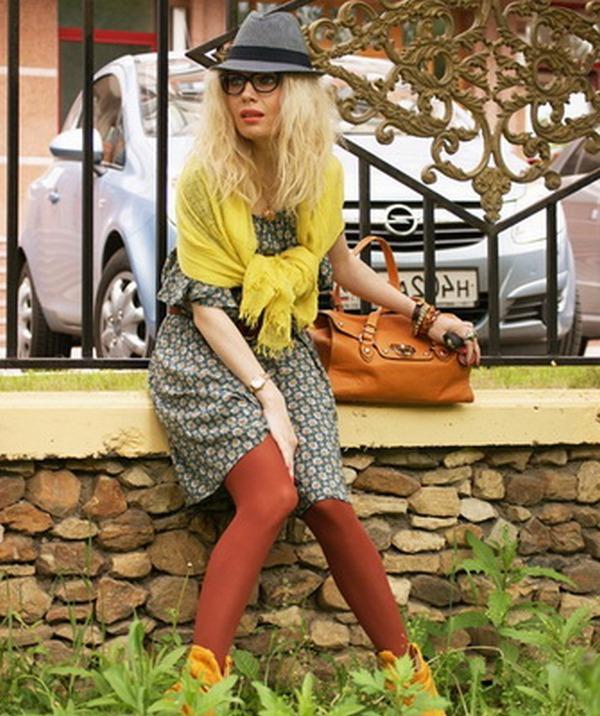Ориентиром для выбора горчичных колготок могут служить шарф обувь или  сумочка аналогичных оттенков