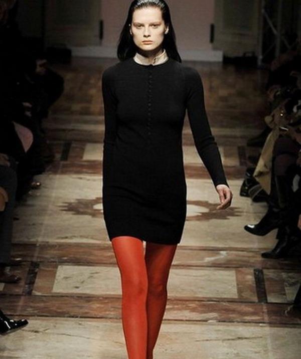 Беспроигрышный вариант – сочетание горчичных колготок и черного платья