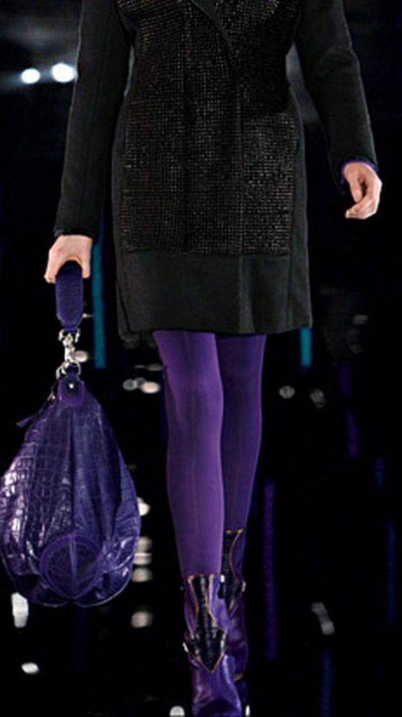 Черный и фиолетовый – гармоничное сочетание цветов платья, колготок и обуви