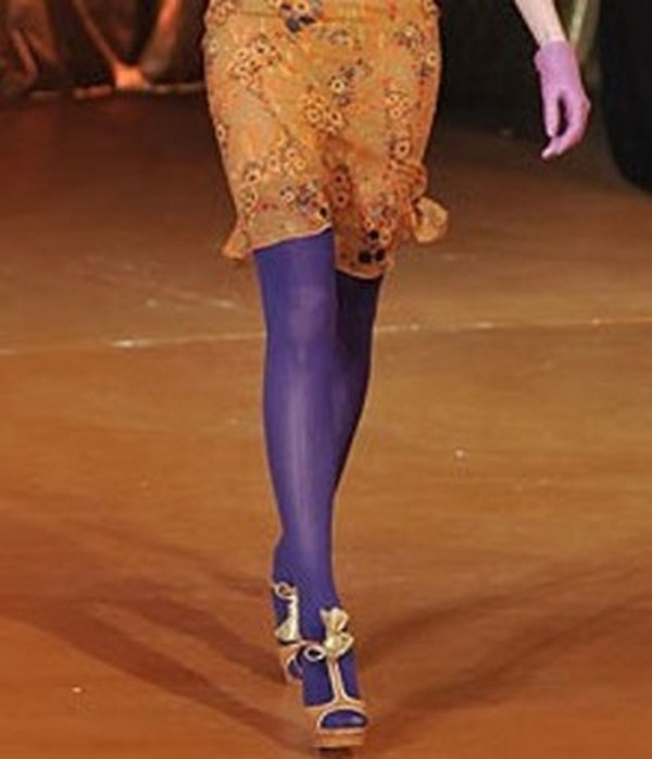Удачное сочетание фиолетовых колготок, а также платья и босоножек севтло-оранжевого цвета