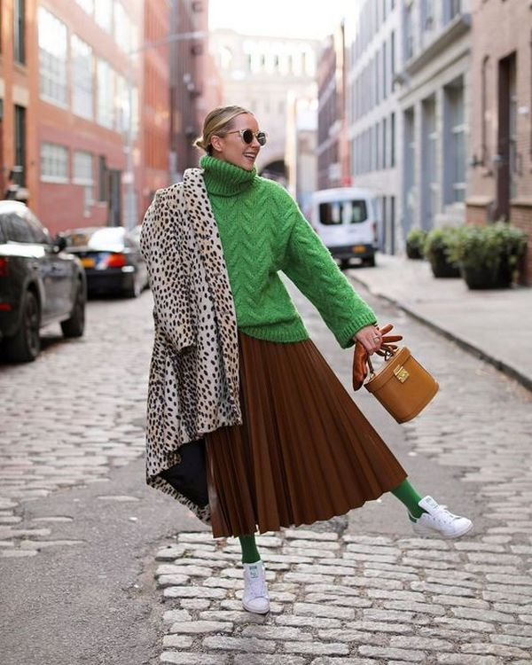 Коричневая плиссированная юбка и ярко-зеленые колготки – броский и эффектный повседневный образ