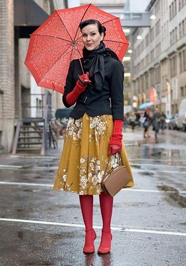 Юбка в складку и колготки красного цвета привлекательны в капсуле для городских прогулок