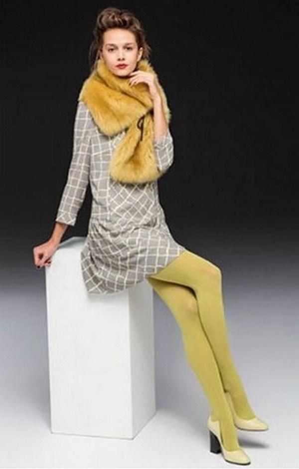 Одежда светлых оттенков хорошо комбинируется с желтыми колготками неяркого оттенка