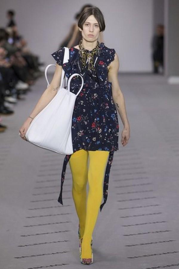 Темно-синее платье и туфли с принтом в аналогичном цвете – отличная компания для колготок желтого цвета