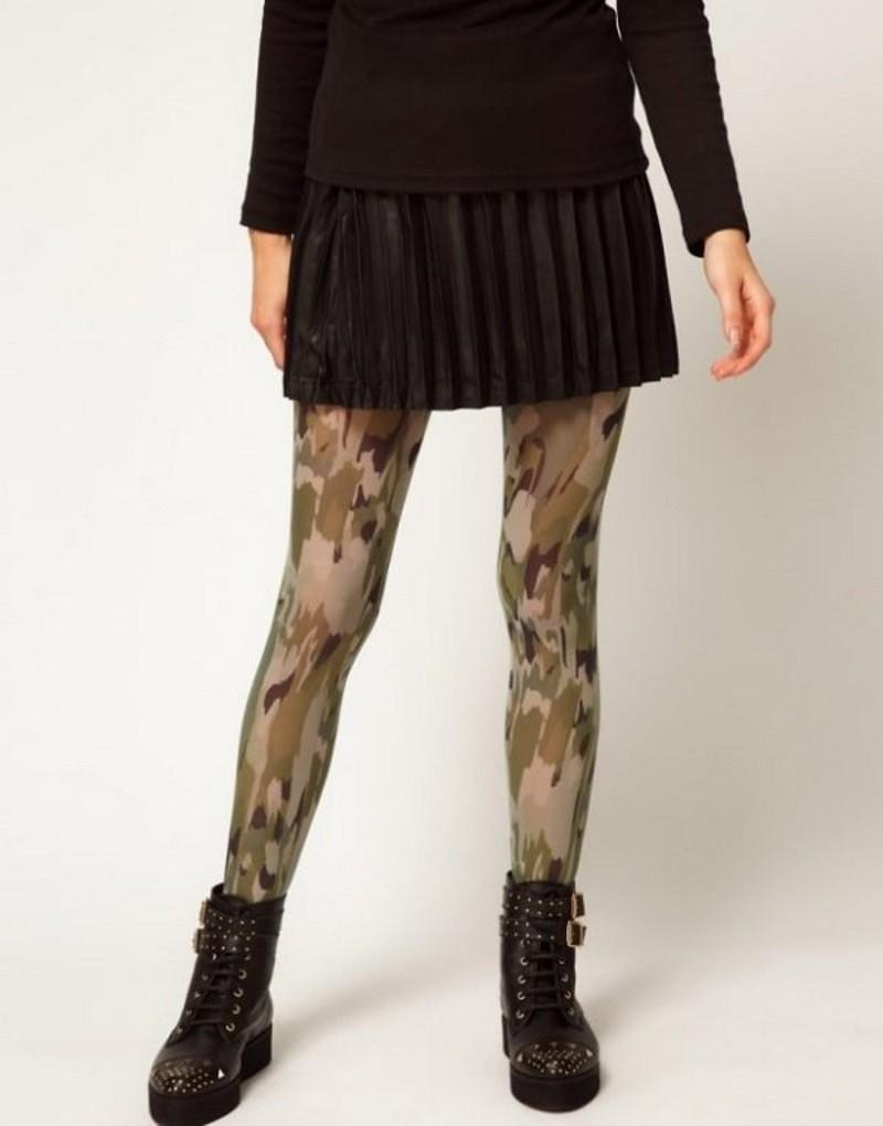 Однотонные короткие юбки позволяют дополнение в виде колготок с фантазийным рисунком