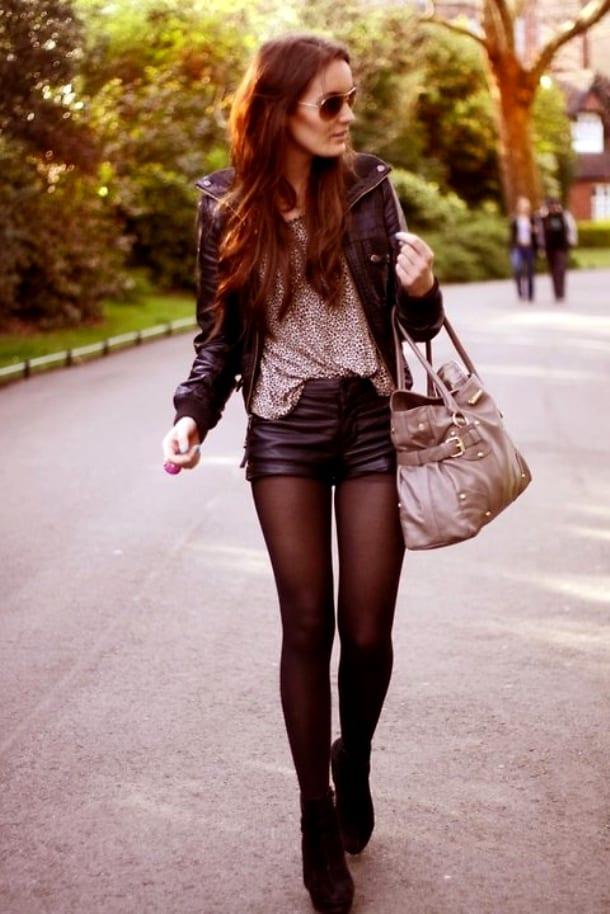 Бордовые кожаные шорты, обувь, кожаная куртка и колготки аналогичного цвета – стильный аутфит в городском стиле