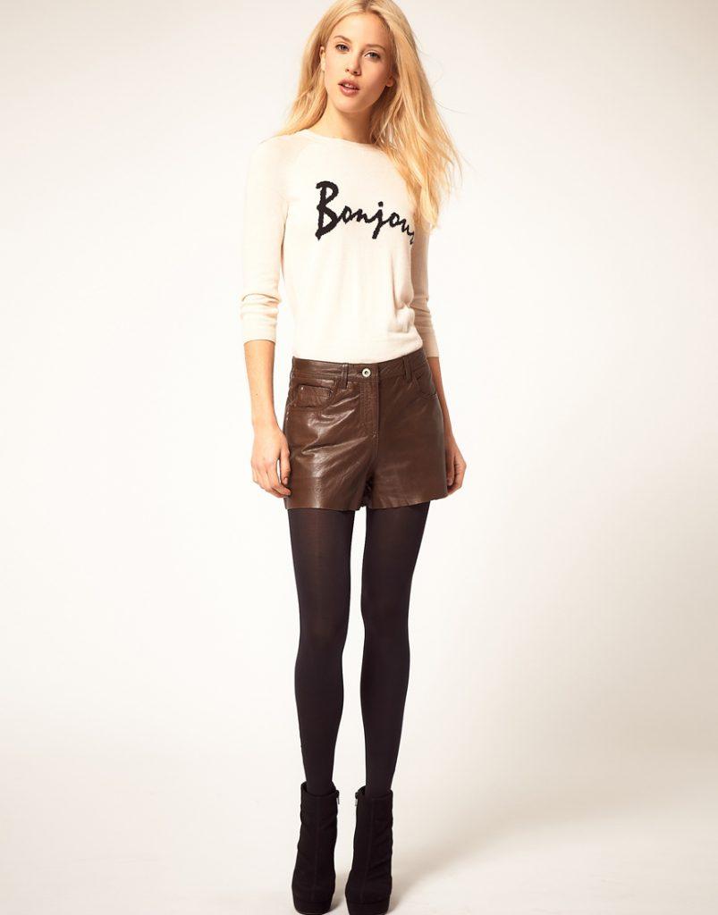 Идеальное сочетание, визуально удлиняющее ноги – темно коричневые колготки и ботильоны в сочетании со светло-коричневыми кожаными шортами