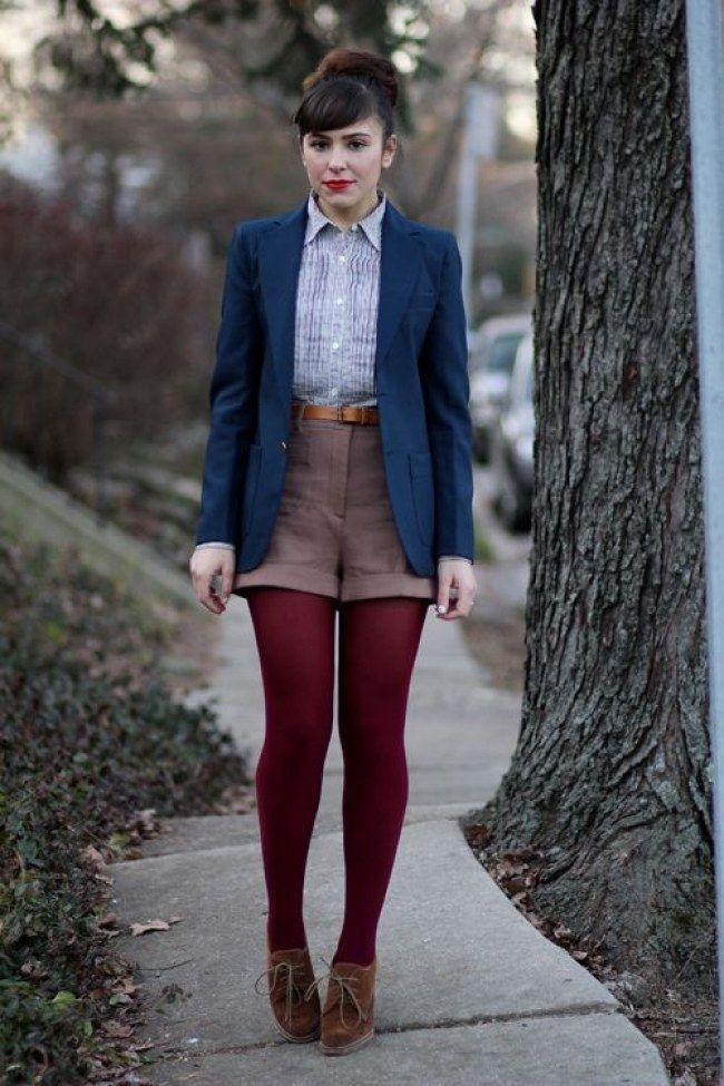 Темно-красные колготки, коричневые туфли, ремень и шорты из твида – гармоничный сет в стиле кэжуал