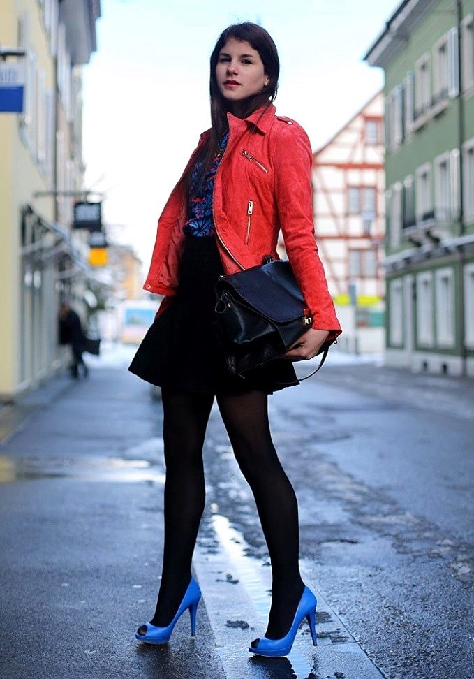 Неожиданно эффектно сочетаются черные колготки с туфлями ярко-голубого оттенка