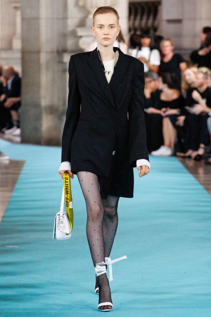 Модные подиумы голосуют «за» в вопросе сочетания открытых босоножек с колготками