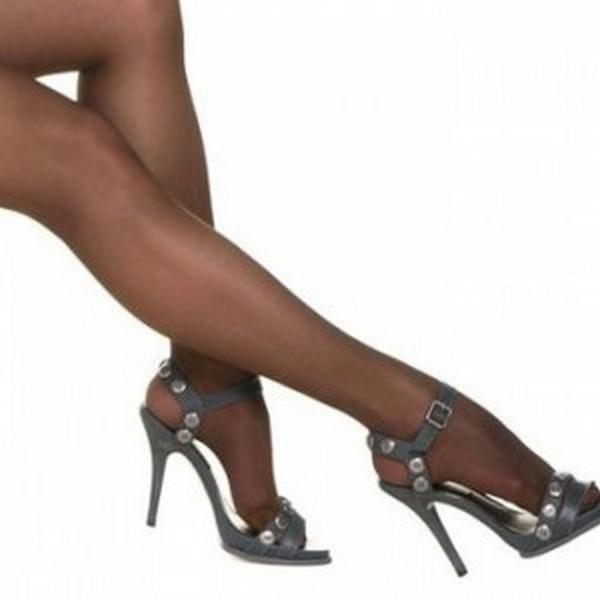 Колготки цвета загара должны максимально сочетаться с цветом загара их обладательницы и подходить под обувь