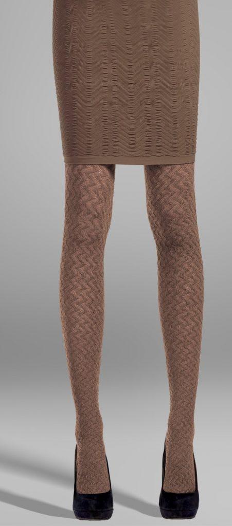 Колготки темно-бежевого цвета с рисунком прекрасно сочетаются с однотонной трикотажной юбкой и туфлями черного цвета