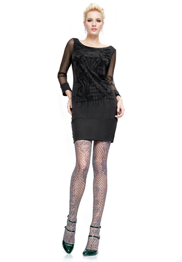 Колготки серого цвета с однотонным принтом хорошо вписываются в ансамбль с черным платьем-мини