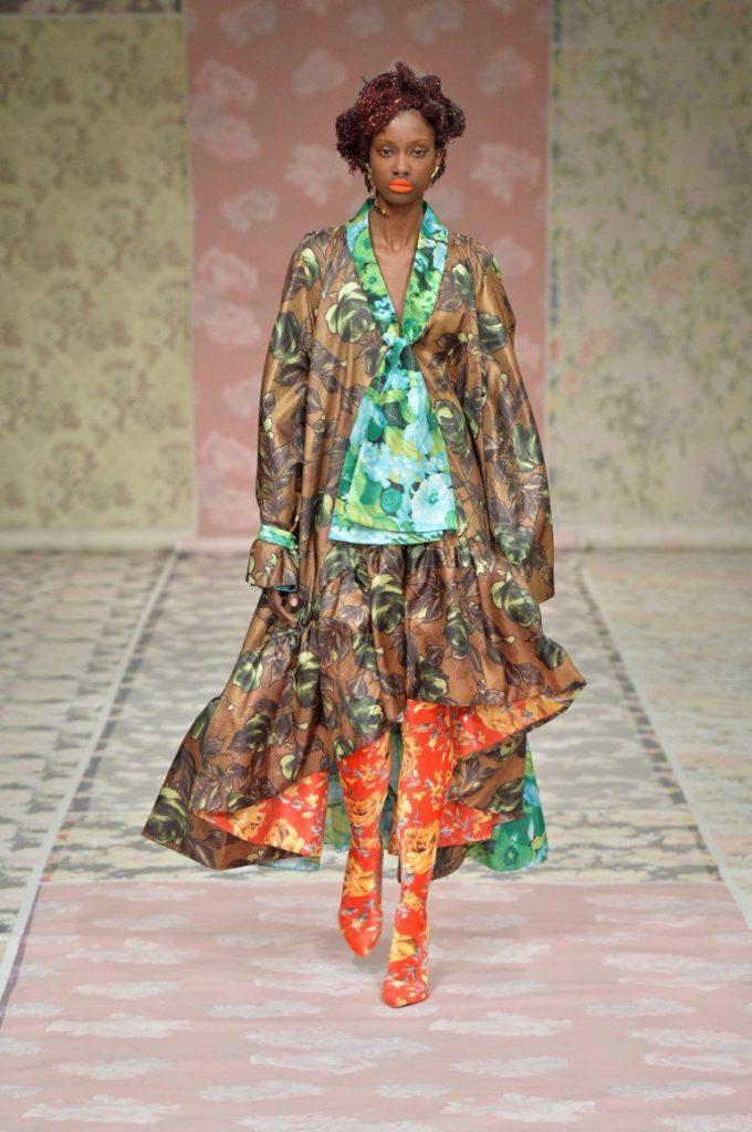 Оригинальный наряд в стиле бохо – колготки и элементы юбки с принтами одинаковой расцветки