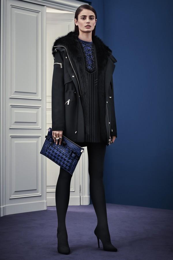 Туфли на высоком каблуке, короткое платье и плотные колготки – стильный монохромный аутфит в черном цвете