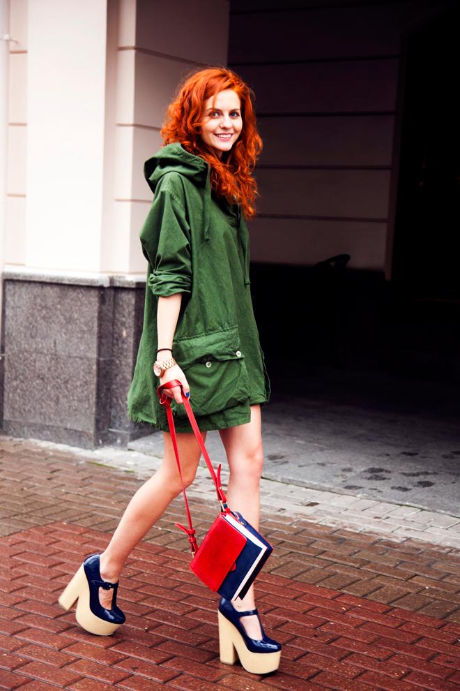 Синие туфли на платформе и сумочка с синими деталями – доминантные дополнения к сету с зеленой паркой