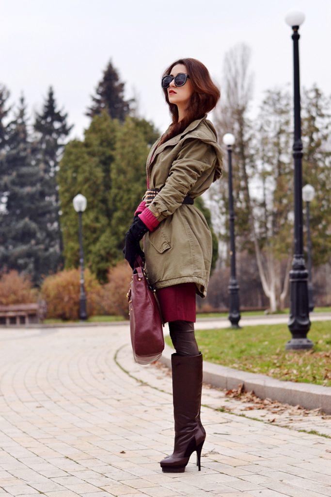 Сапоги с высоким голенищем лучше всего смотрятся в луках с короткими юбками и парками свободного фасона