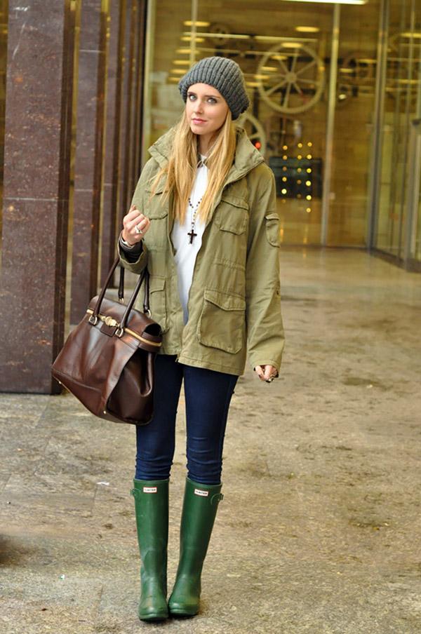 Ярко-зеленые резиновые сапожки прекрасно миксуются со светло-зеленой облегченной паркой и синими джинсами